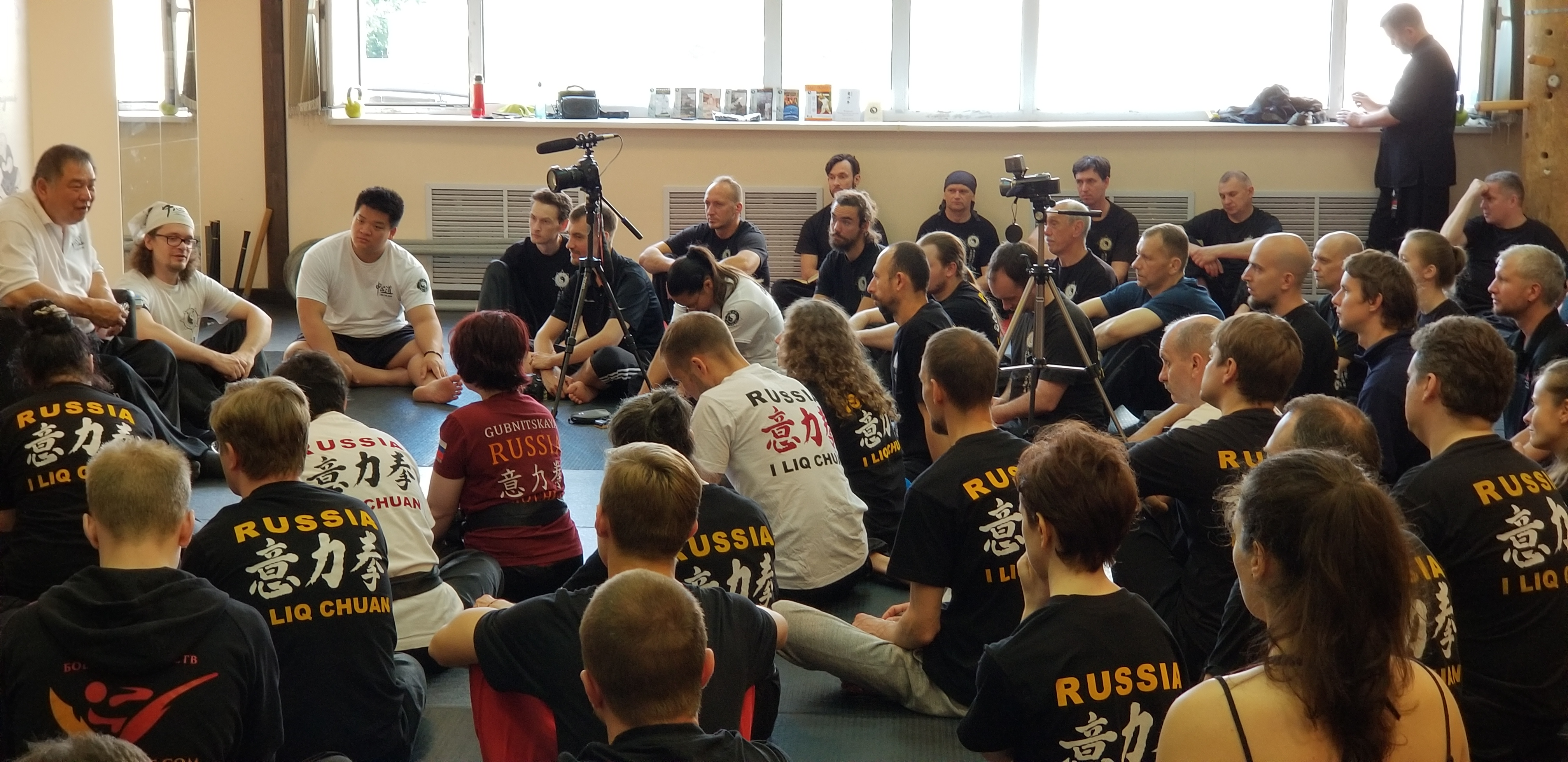 Students from Moscow listen to GM Sam Chin during a workshop in 2019